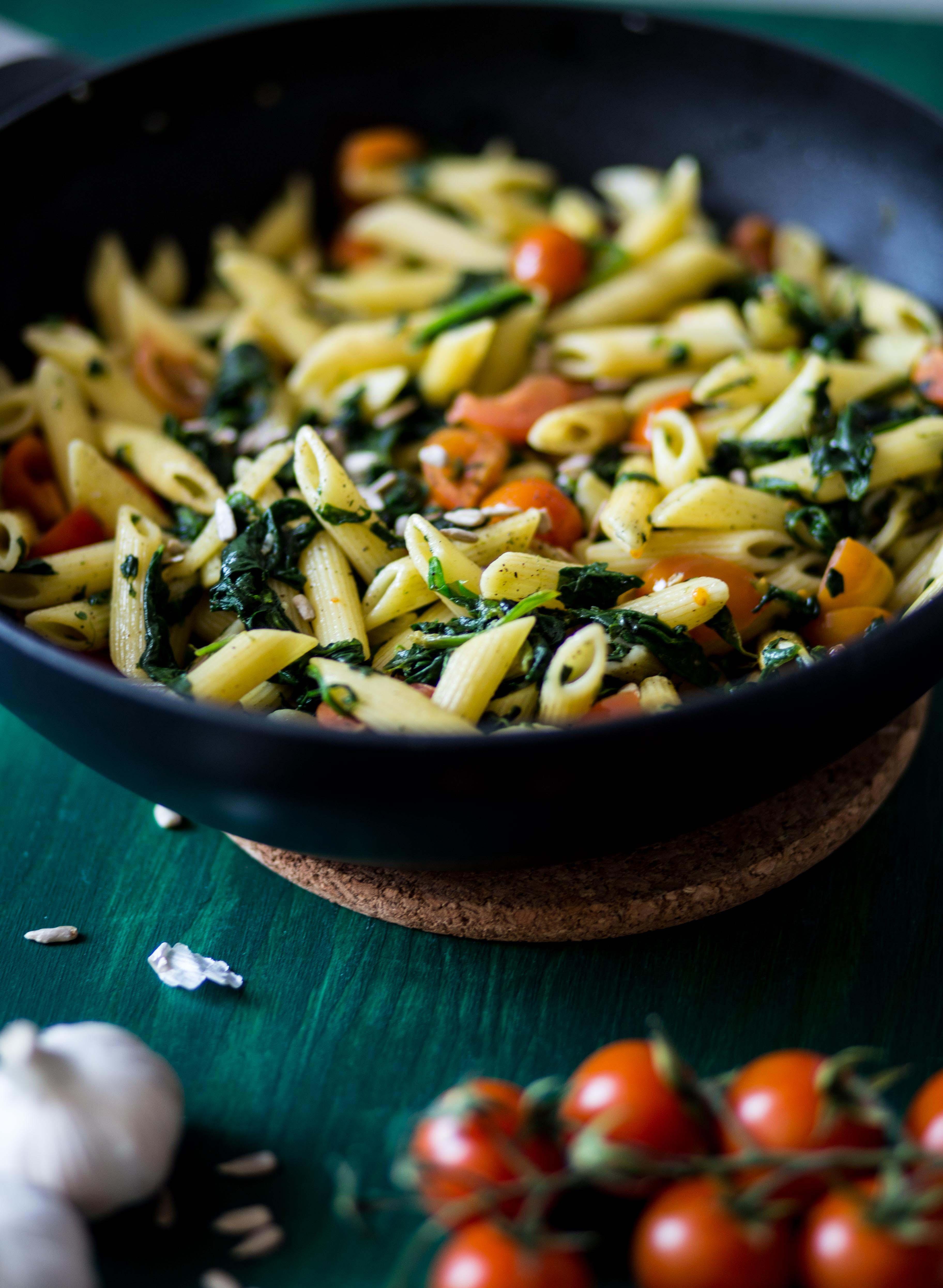 Penne mit Spinat und Tomaten