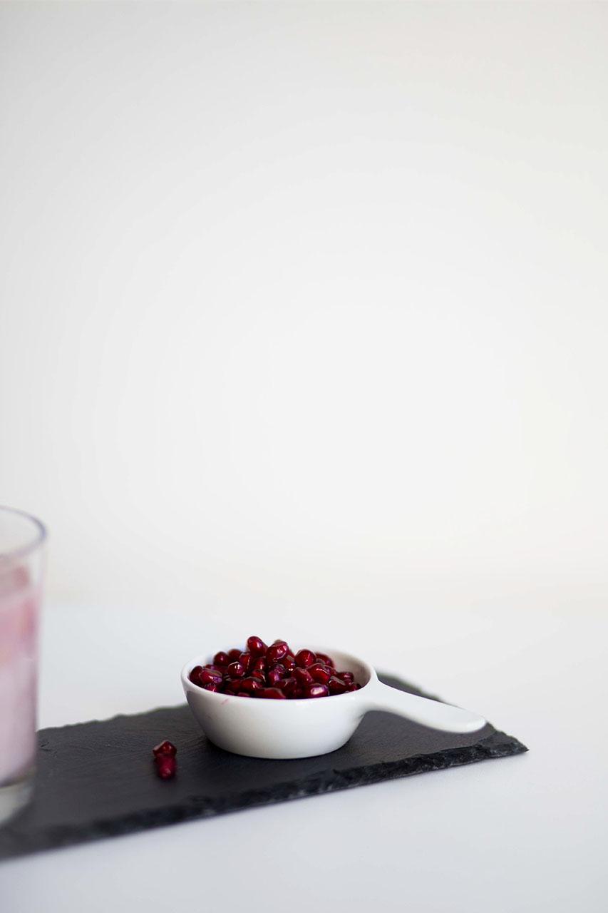 fruchtiger smoothie aus granatapfel mango und banane the ognc. Black Bedroom Furniture Sets. Home Design Ideas