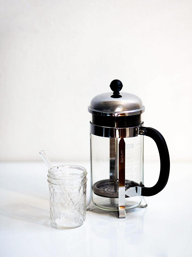 Plastikfreie Küchenutensilien: Strohhalm und French Press