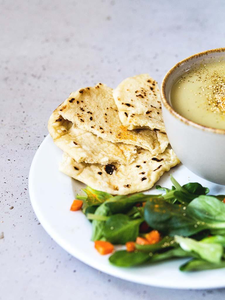 Cremige vegane Suppe mit Brot: einfach und schnell