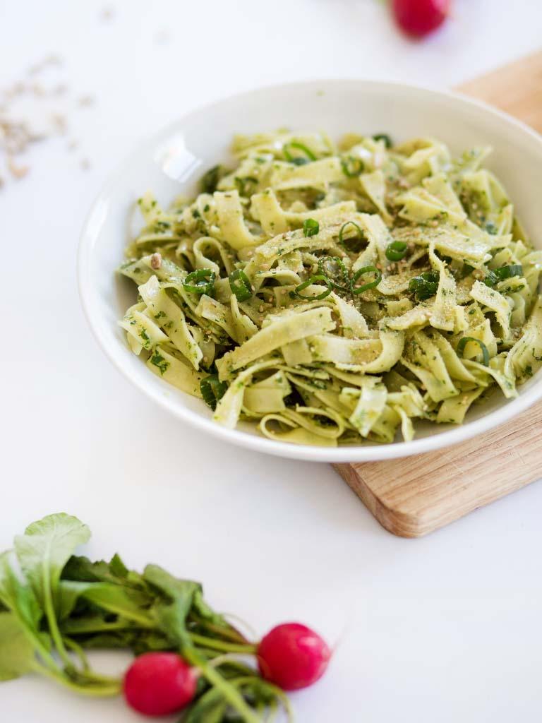 Regional und saisonal kochen: Veganes Pesto mit Bandnudeln