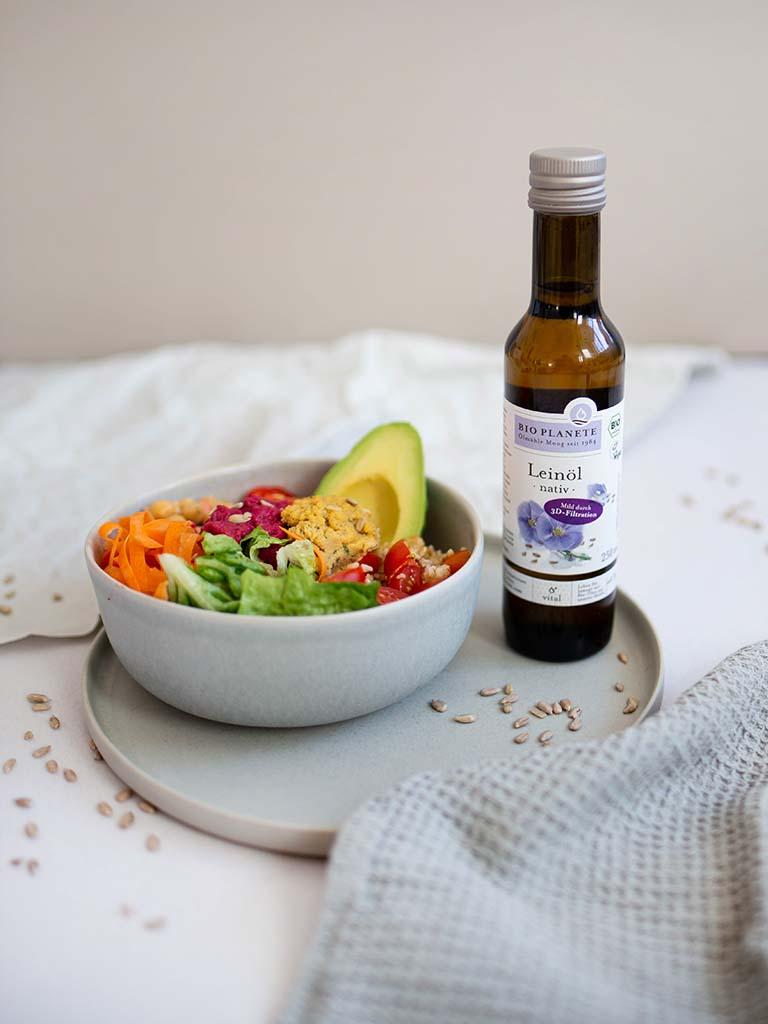 Vegane Bowl mit Leinöl: mit Omega-3-Fettsäuren